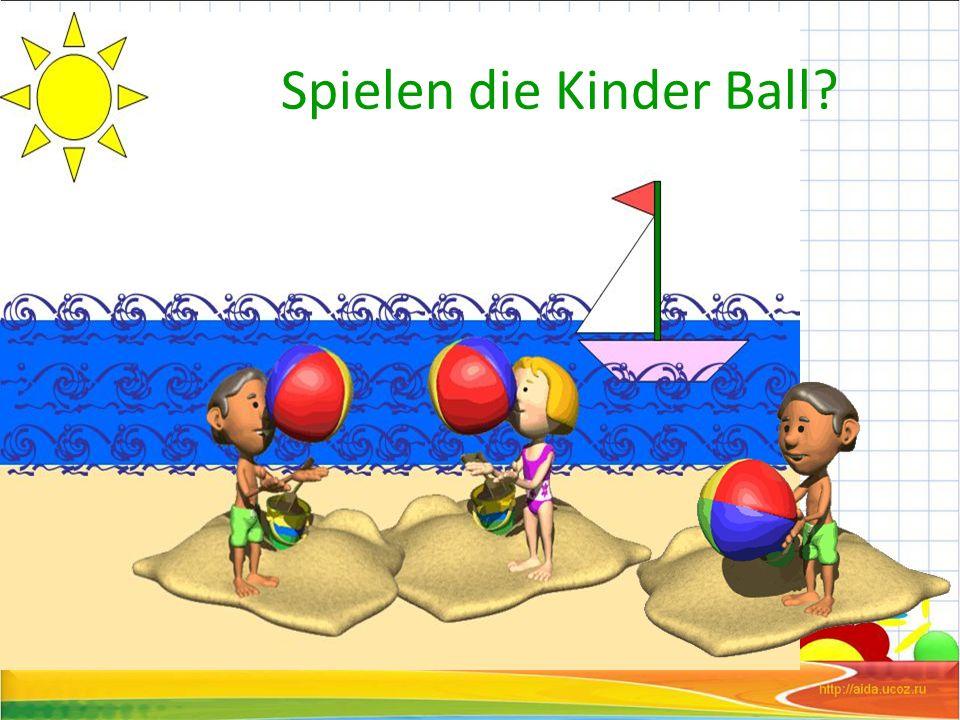 Spielen die Kinder Ball
