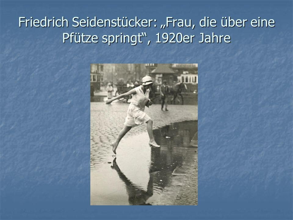 """Friedrich Seidenstücker: """"Frau, die über eine Pfütze springt , 1920er Jahre"""