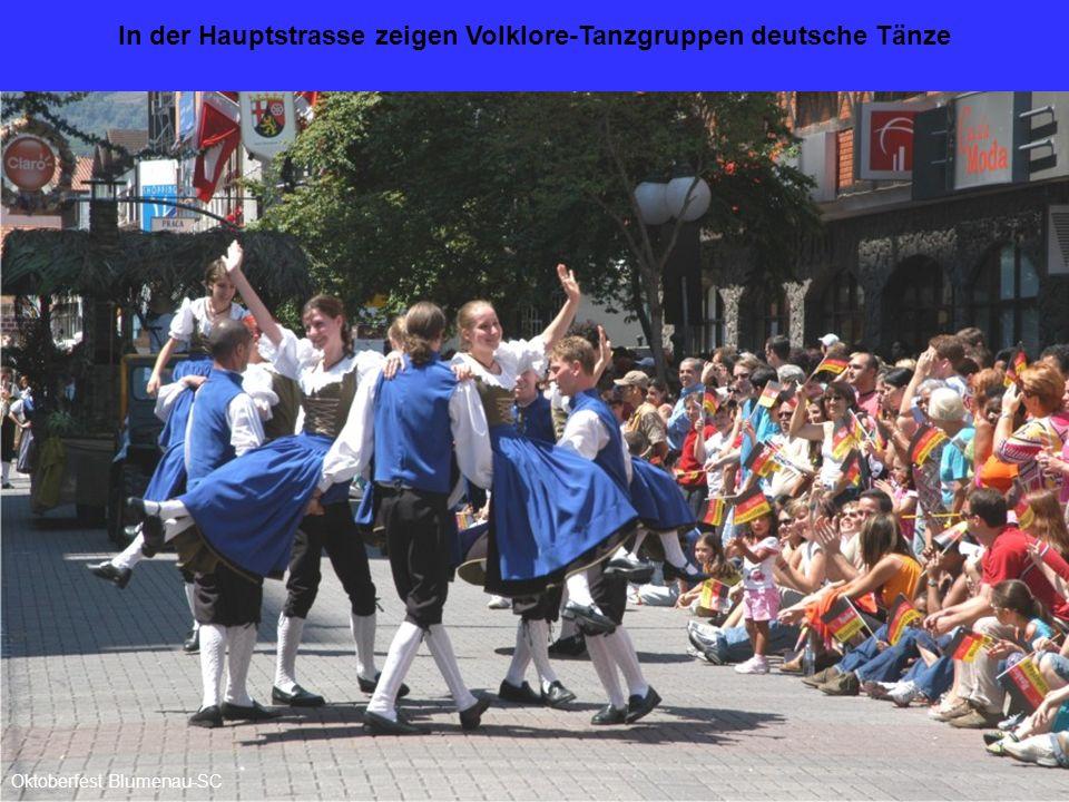 In der Hauptstrasse zeigen Volklore-Tanzgruppen deutsche Tänze