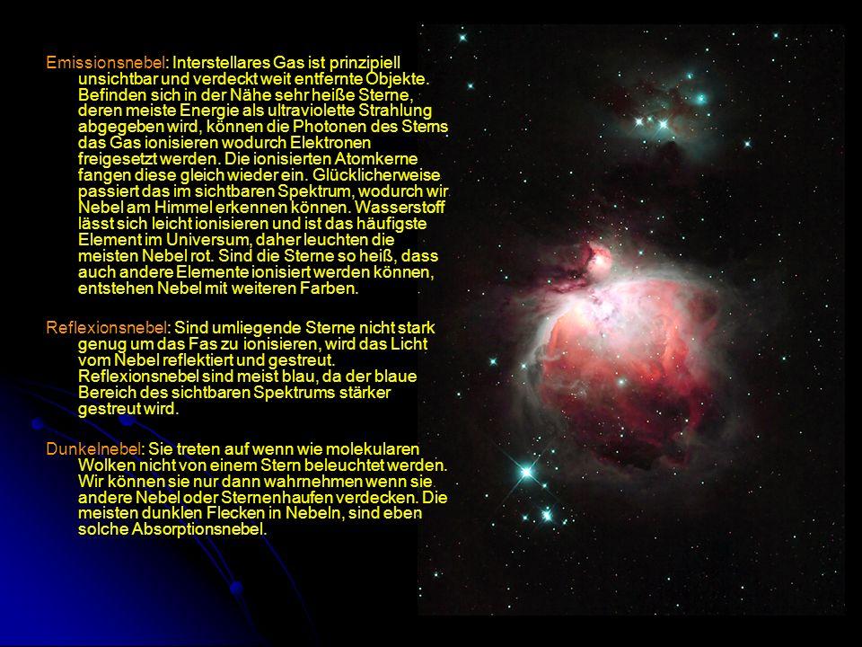 Emissionsnebel: Interstellares Gas ist prinzipiell unsichtbar und verdeckt weit entfernte Objekte. Befinden sich in der Nähe sehr heiße Sterne, deren meiste Energie als ultraviolette Strahlung abgegeben wird, können die Photonen des Sterns das Gas ionisieren wodurch Elektronen freigesetzt werden. Die ionisierten Atomkerne fangen diese gleich wieder ein. Glücklicherweise passiert das im sichtbaren Spektrum, wodurch wir Nebel am Himmel erkennen können. Wasserstoff lässt sich leicht ionisieren und ist das häufigste Element im Universum, daher leuchten die meisten Nebel rot. Sind die Sterne so heiß, dass auch andere Elemente ionisiert werden können, entstehen Nebel mit weiteren Farben.