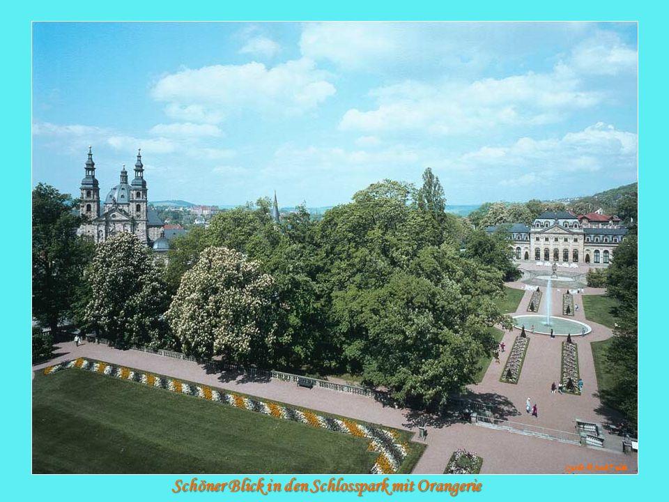 Schöner Blick in den Schlosspark mit Orangerie