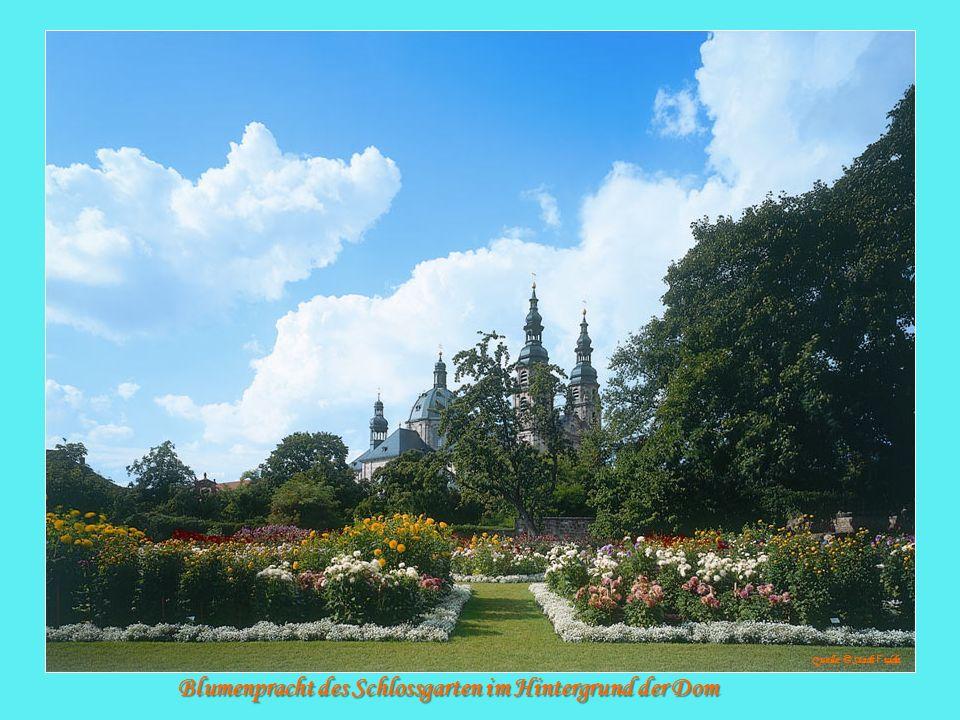 Blumenpracht des Schlossgarten im Hintergrund der Dom