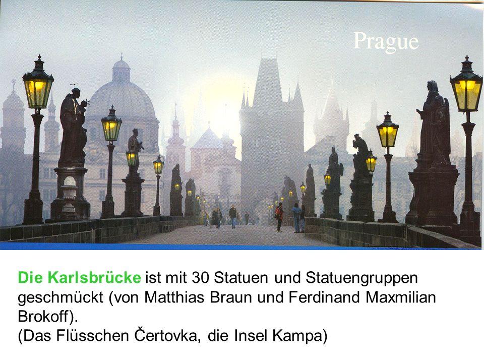 Die Karlsbrücke ist mit 30 Statuen und Statuengruppen