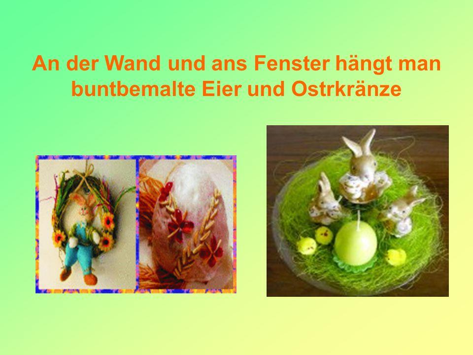 An der Wand und ans Fenster hängt man buntbemalte Eier und Ostrkränze