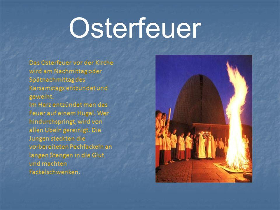 OsterfeuerDas Osterfeuer vor der Kirche wird am Nachmittag oder Spätnachmittag des Karsamstags entzündet und geweiht.