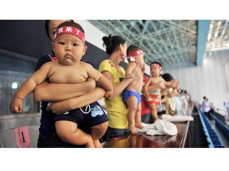 Chinesische Mütter bereiten ihre Babys fürs Schwimmen vor
