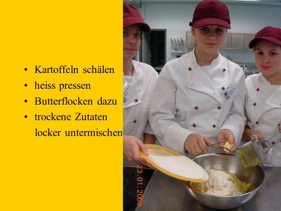 Kartoffeln schälen heiss pressen Butterflocken dazu trockene Zutaten locker untermischen