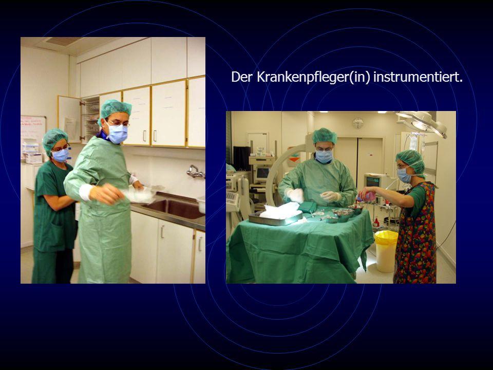 Der Krankenpfleger(in) instrumentiert.
