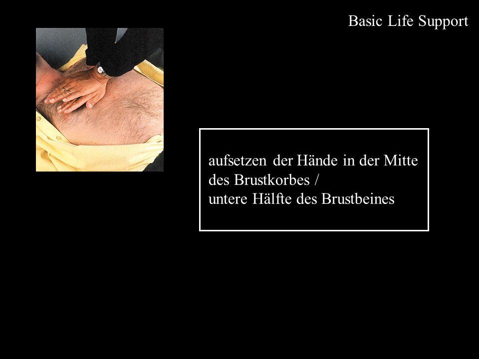 Basic Life Support aufsetzen der Hände in der Mitte des Brustkorbes / untere Hälfte des Brustbeines