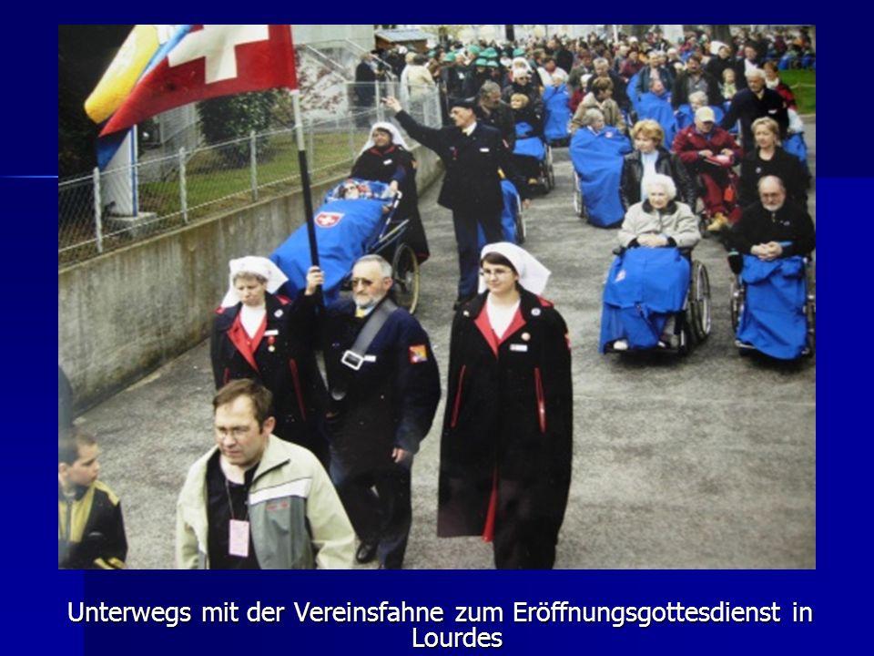 Unterwegs mit der Vereinsfahne zum Eröffnungsgottesdienst in Lourdes
