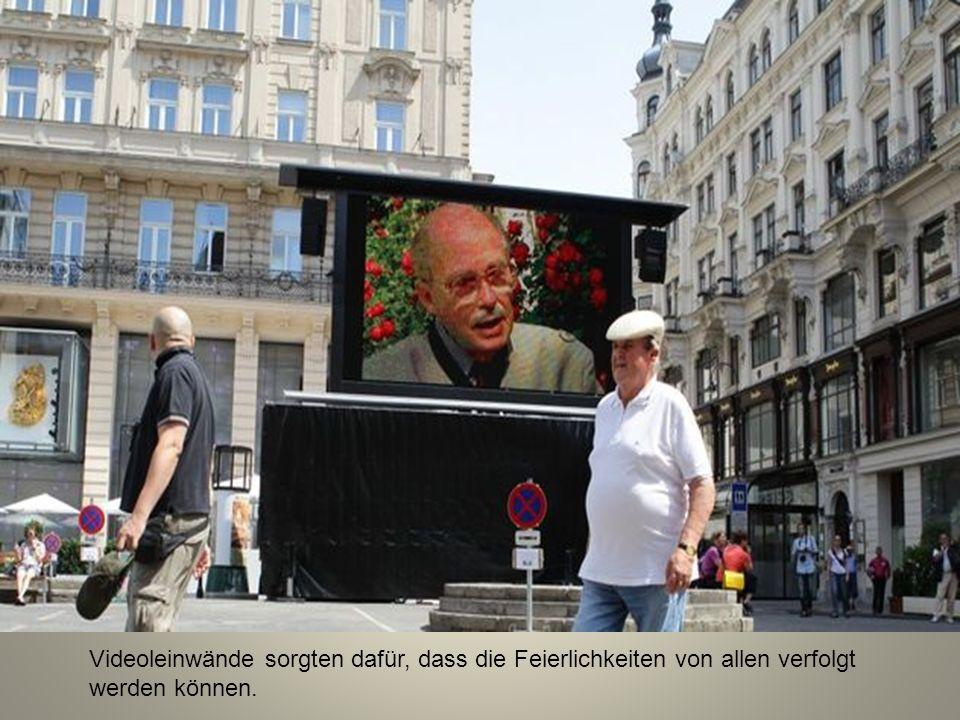 Videoleinwände sorgten dafür, dass die Feierlichkeiten von allen verfolgt werden können.