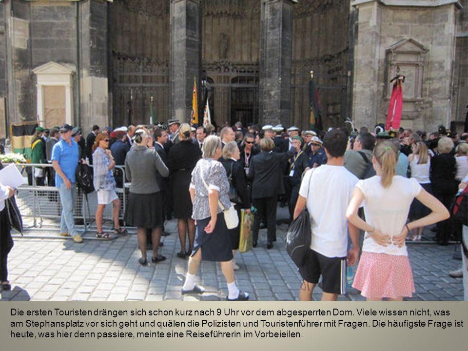 Die ersten Touristen drängen sich schon kurz nach 9 Uhr vor dem abgesperrten Dom.
