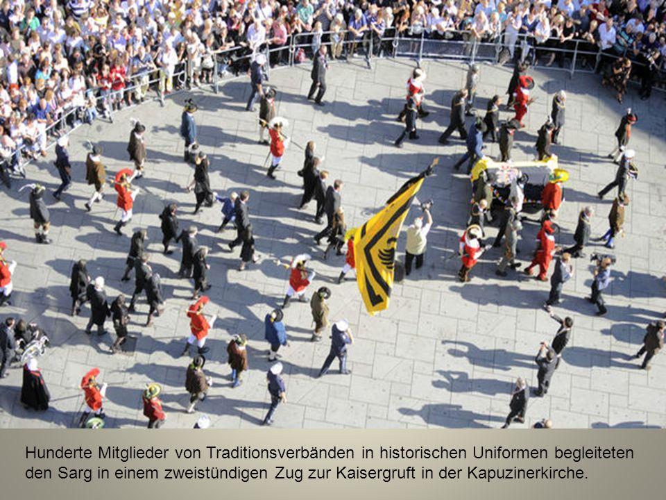 Hunderte Mitglieder von Traditionsverbänden in historischen Uniformen begleiteten den Sarg in einem zweistündigen Zug zur Kaisergruft in der Kapuzinerkirche.