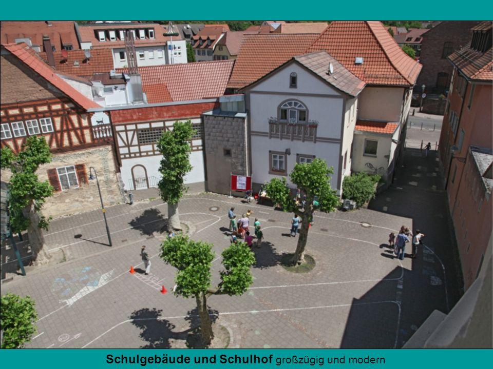 Schulgebäude und Schulhof großzügig und modern