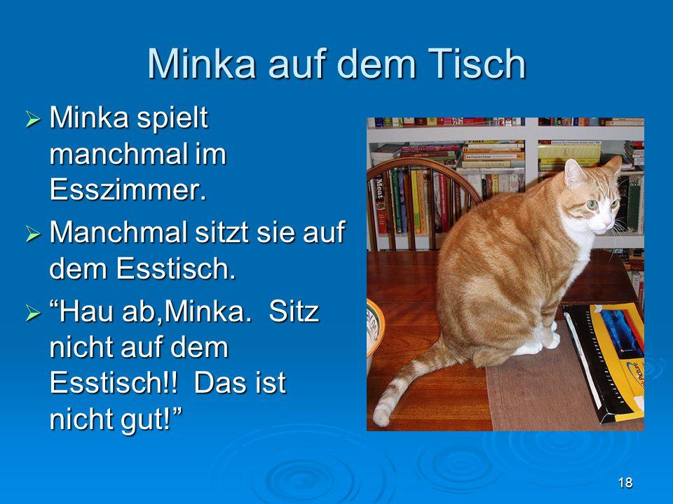 Minka auf dem Tisch Minka spielt manchmal im Esszimmer.