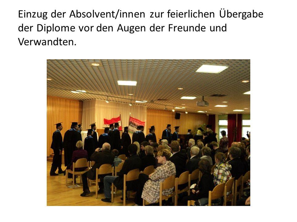Einzug der Absolvent/innen zur feierlichen Übergabe der Diplome vor den Augen der Freunde und Verwandten.