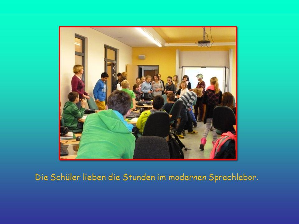Die Schüler lieben die Stunden im modernen Sprachlabor.