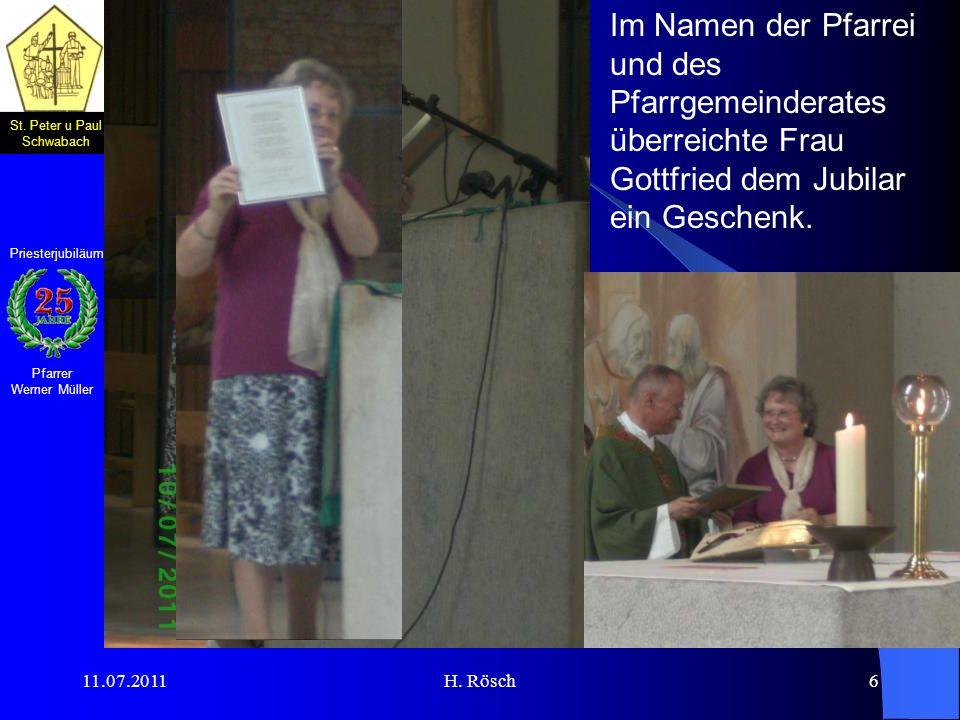 Im Namen der Pfarrei und des Pfarrgemeinderates überreichte Frau Gottfried dem Jubilar ein Geschenk.