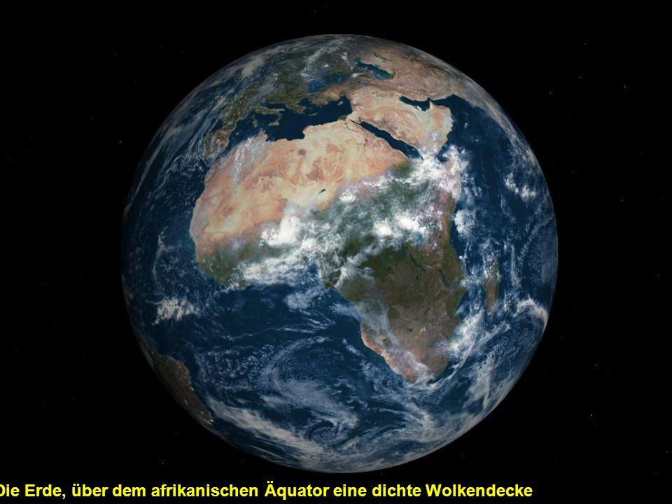 Die Erde, über dem afrikanischen Äquator eine dichte Wolkendecke