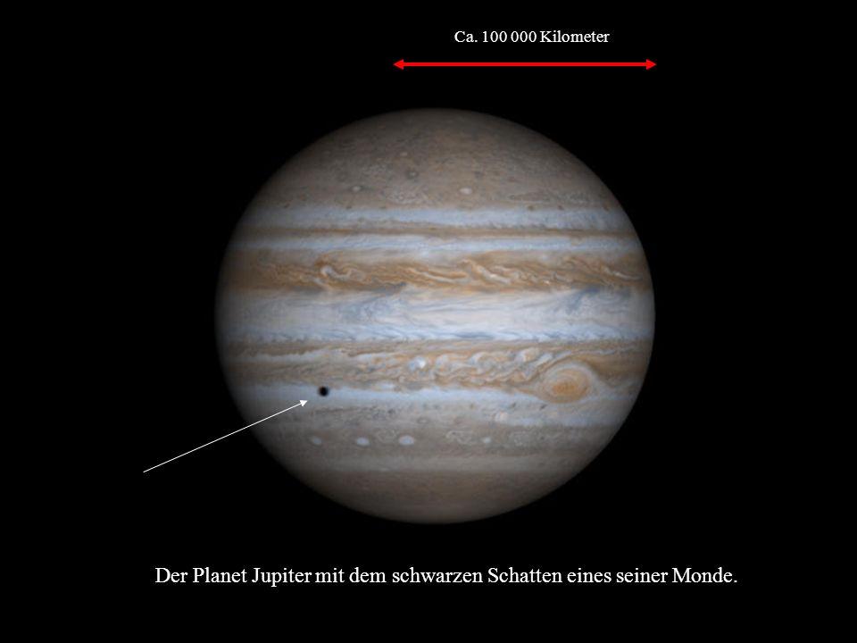Der Planet Jupiter mit dem schwarzen Schatten eines seiner Monde.