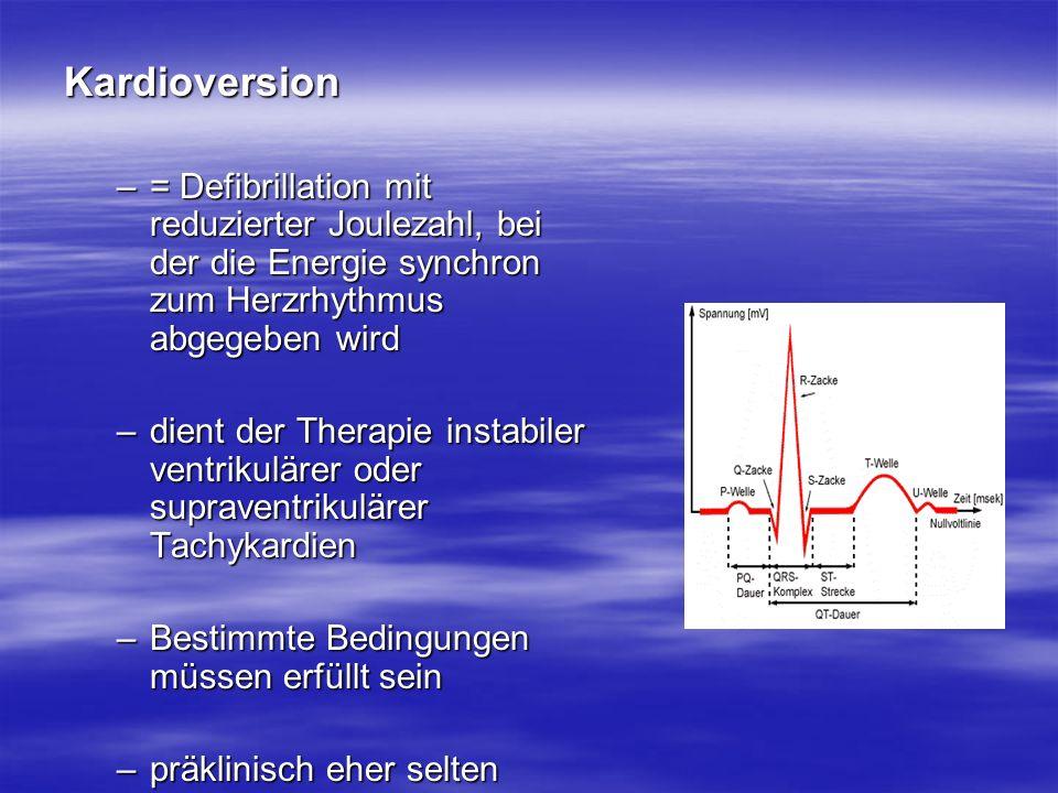 Kardioversion = Defibrillation mit reduzierter Joulezahl, bei der die Energie synchron zum Herzrhythmus abgegeben wird.
