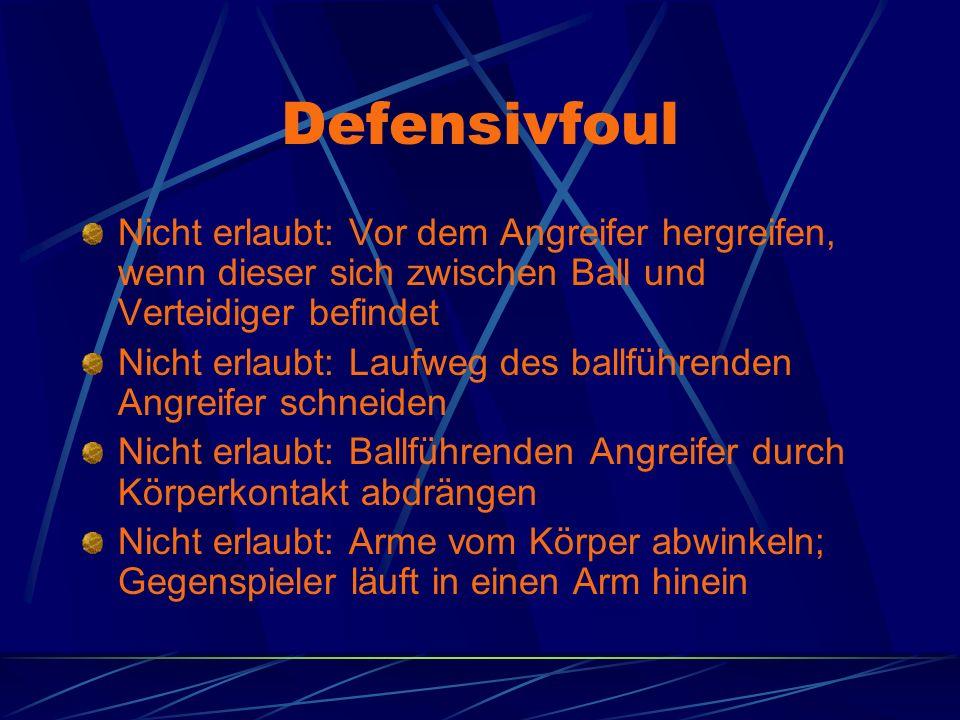 Defensivfoul Nicht erlaubt: Vor dem Angreifer hergreifen, wenn dieser sich zwischen Ball und Verteidiger befindet.