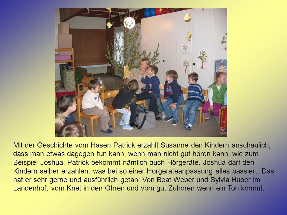 Mit der Geschichte vom Hasen Patrick erzählt Susanne den Kindern anschaulich, dass man etwas dagegen tun kann, wenn man nicht gut hören kann, wie zum Beispiel Joshua.