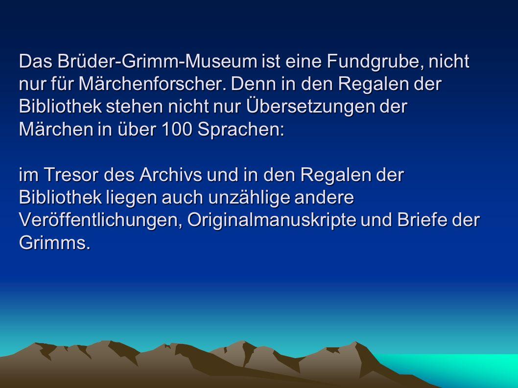 Das Brüder-Grimm-Museum ist eine Fundgrube, nicht nur für Märchenforscher. Denn in den Regalen der Bibliothek stehen nicht nur Übersetzungen der Märchen in über 100 Sprachen: im Tresor des Archivs und in den Regalen der Bibliothek liegen auch unzählige andere Veröffentlichungen, Originalmanuskripte und Briefe der Grimms.