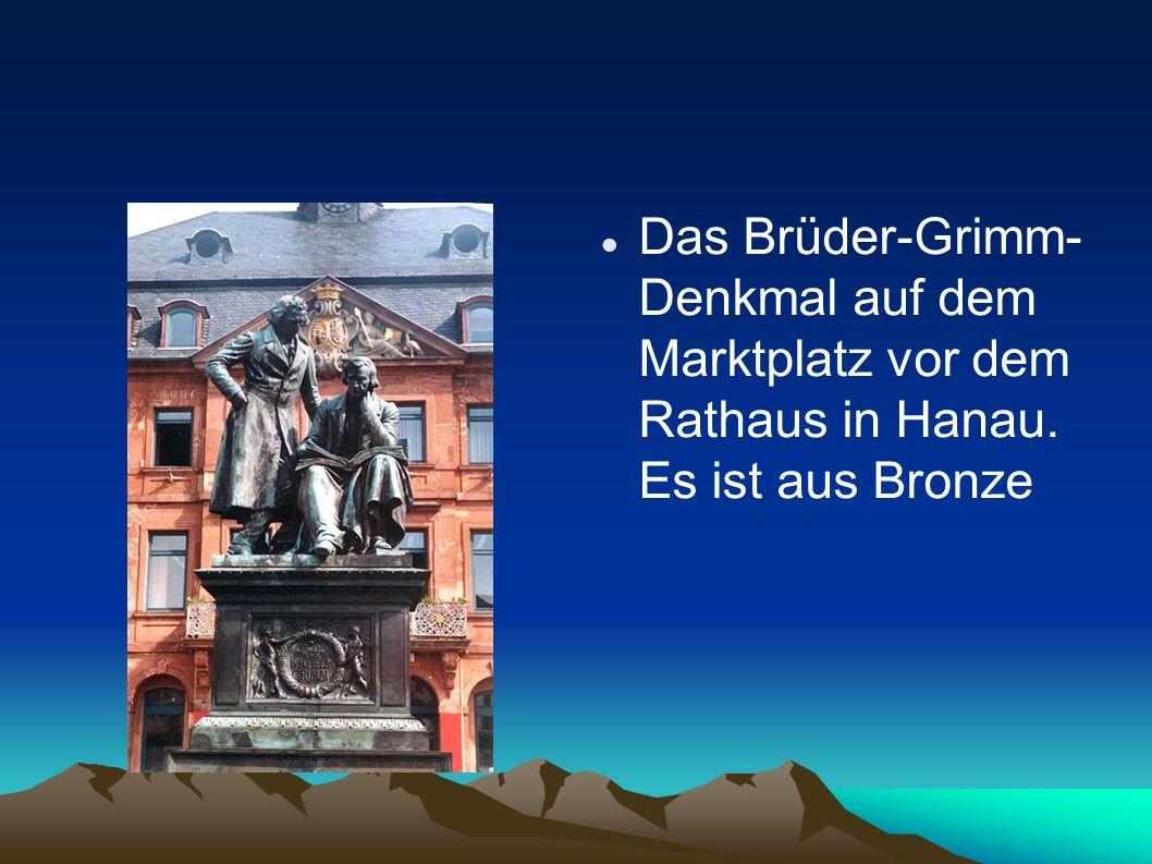 Das Brüder-Grimm-Denkmal auf dem Marktplatz vor dem Rathaus in Hanau
