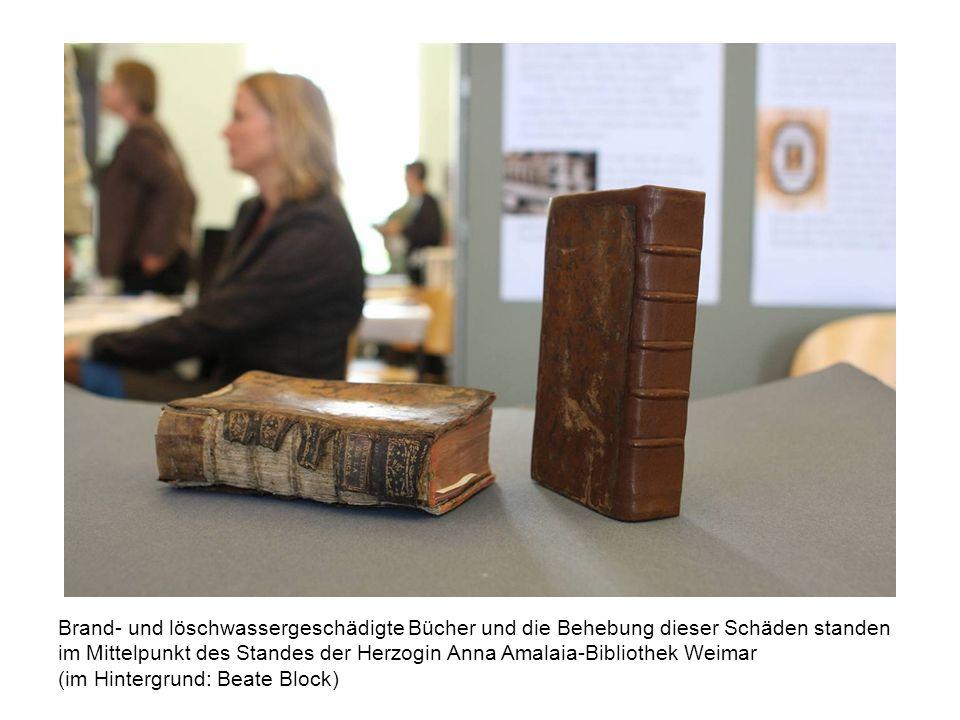 Brand- und löschwassergeschädigte Bücher und die Behebung dieser Schäden standen im Mittelpunkt des Standes der Herzogin Anna Amalaia-Bibliothek Weimar (im Hintergrund: Beate Block)