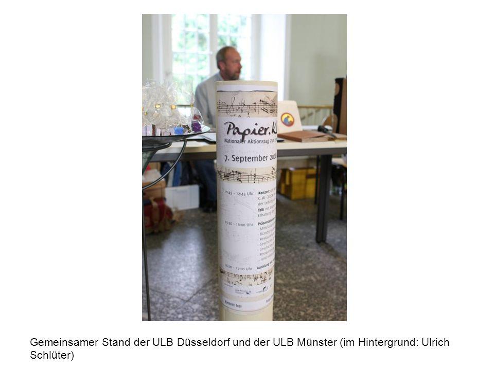 Gemeinsamer Stand der ULB Düsseldorf und der ULB Münster (im Hintergrund: Ulrich Schlüter)