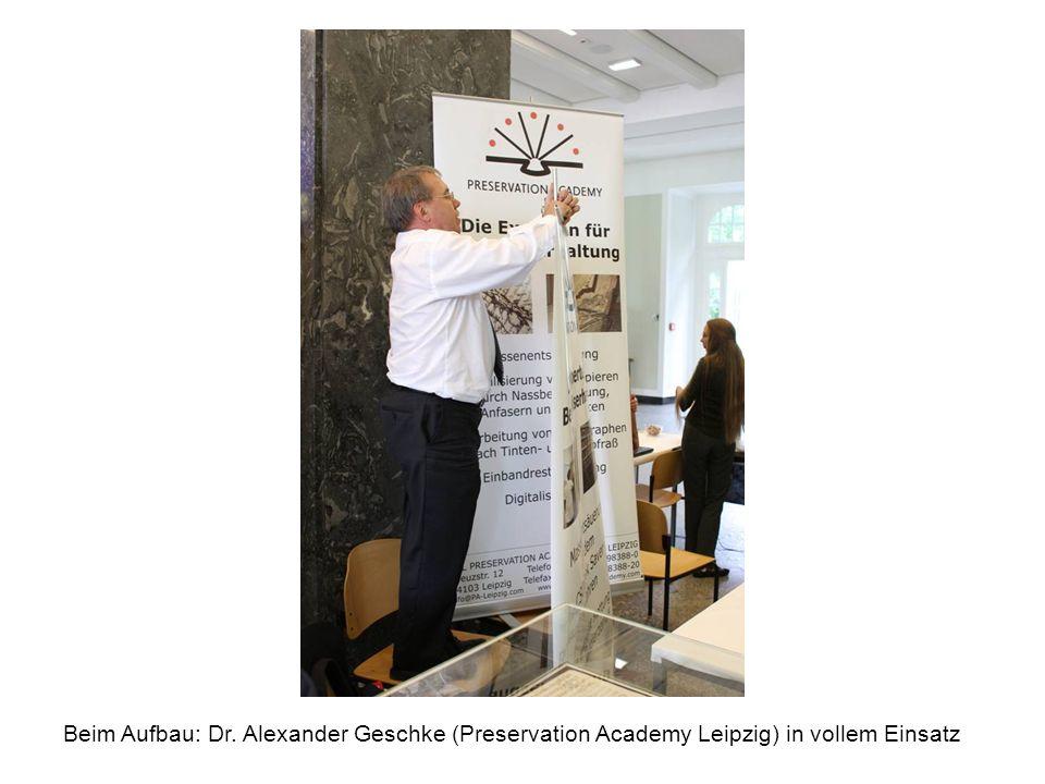 Beim Aufbau: Dr. Alexander Geschke (Preservation Academy Leipzig) in vollem Einsatz