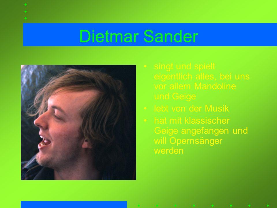 Dietmar Sander singt und spielt eigentlich alles, bei uns vor allem Mandoline und Geige. lebt von der Musik.