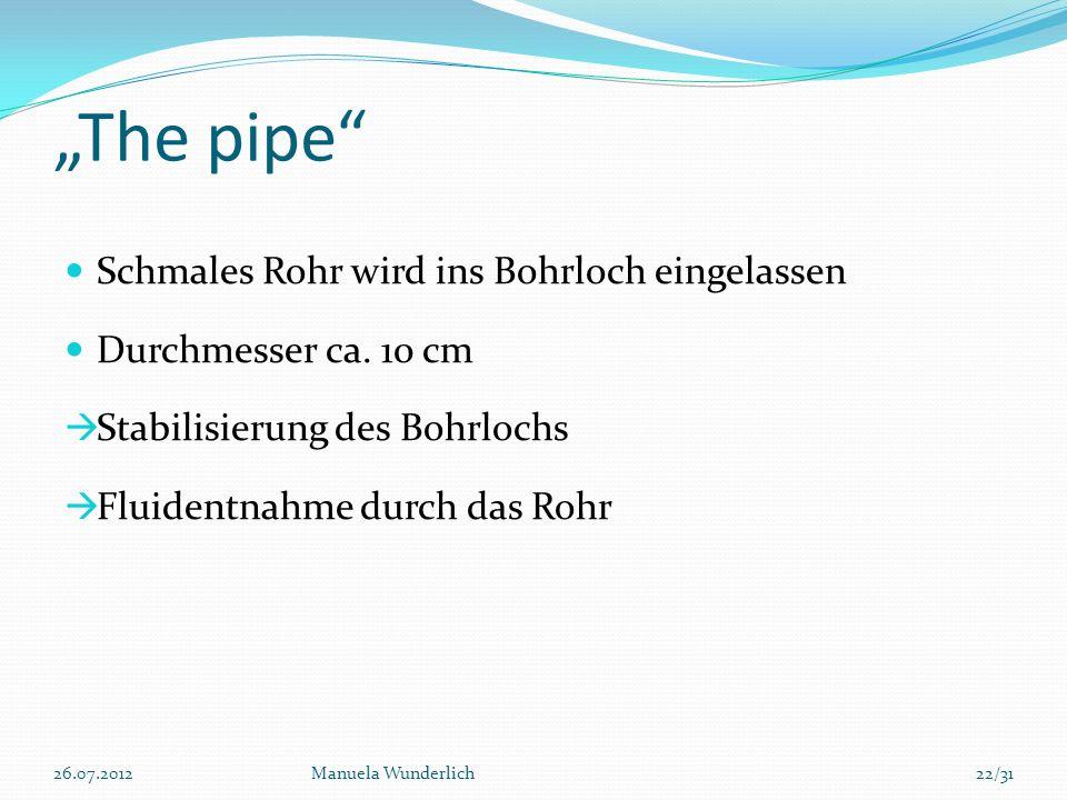 """""""The pipe Schmales Rohr wird ins Bohrloch eingelassen"""
