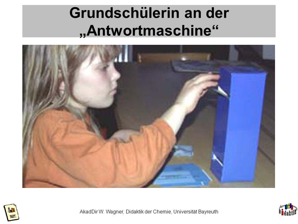 """Grundschülerin an der """"Antwortmaschine"""