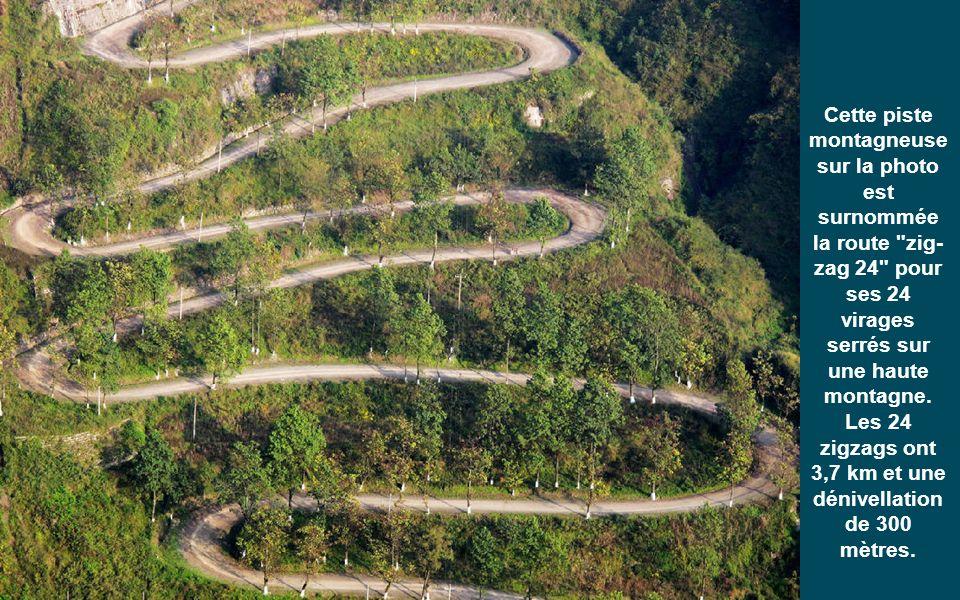 Cette piste montagneuse sur la photo est surnommée la route zig-zag 24 pour ses 24 virages serrés sur une haute montagne.