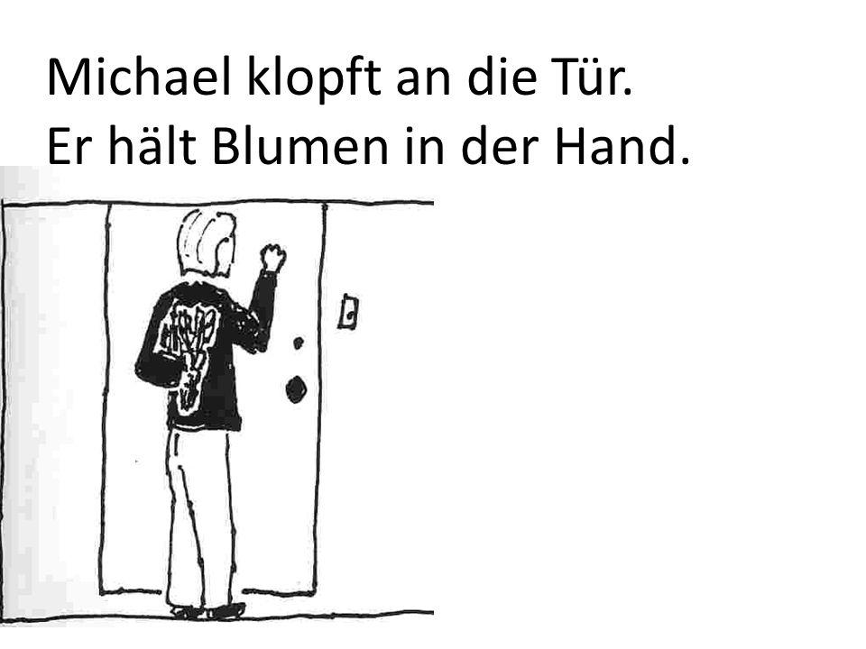 Michael klopft an die Tür.