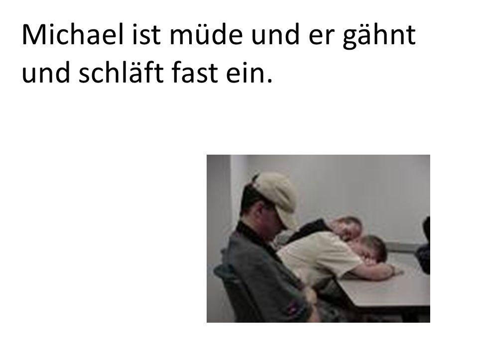 Michael ist müde und er gähnt und schläft fast ein.