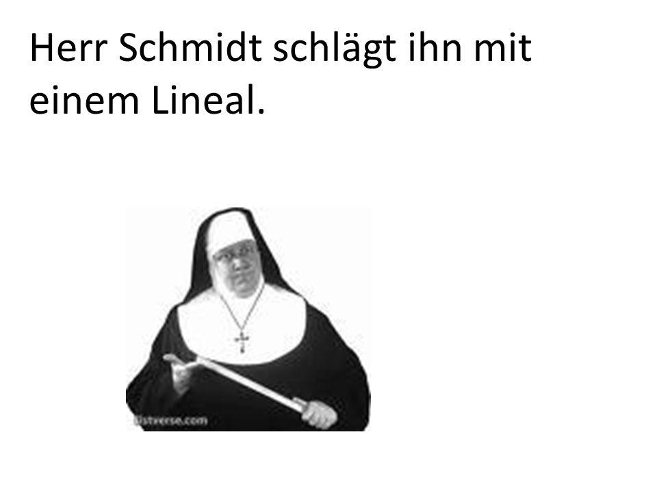 Herr Schmidt schlägt ihn mit einem Lineal.