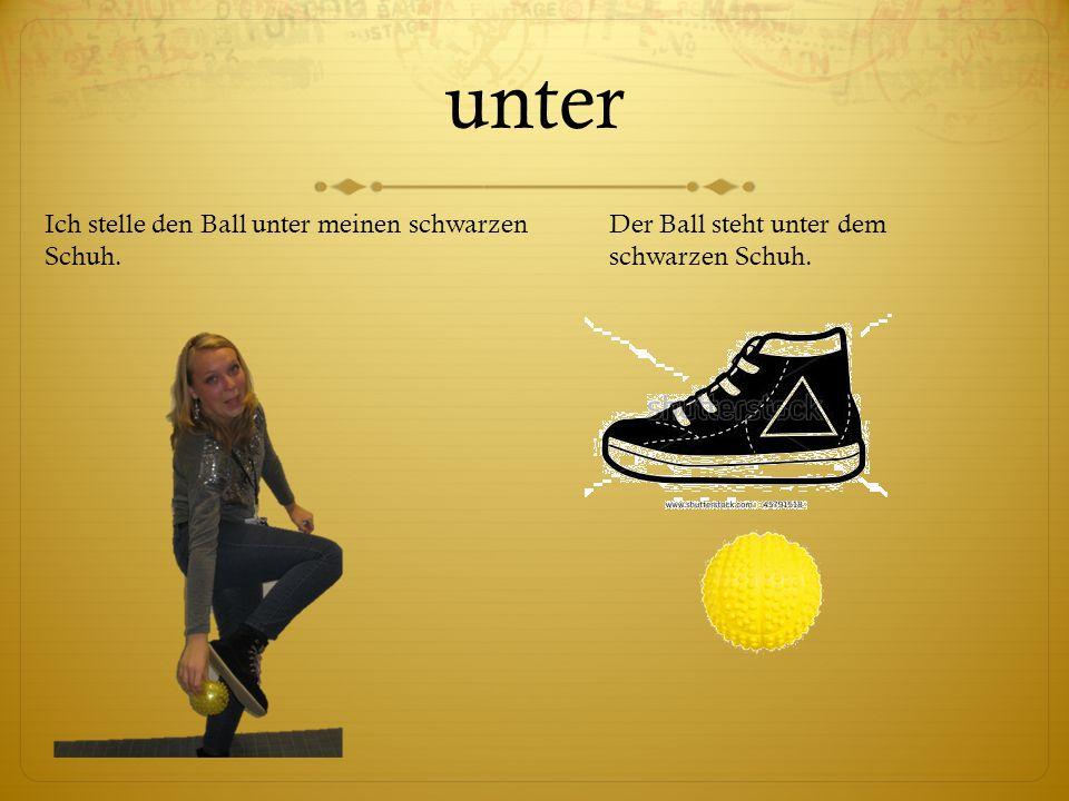 unter Ich stelle den Ball unter meinen schwarzen Schuh.