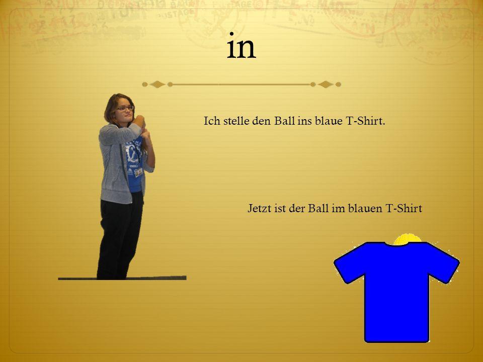 in Ich stelle den Ball ins blaue T-Shirt.
