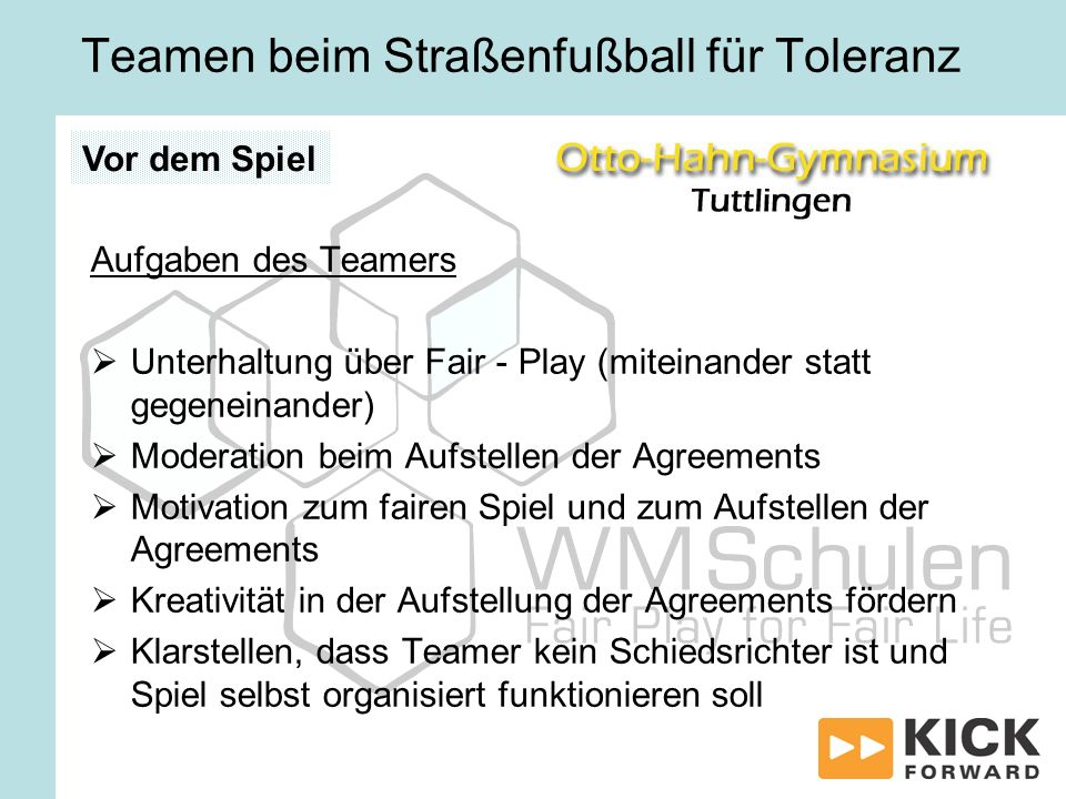 Teamen beim Straßenfußball für Toleranz