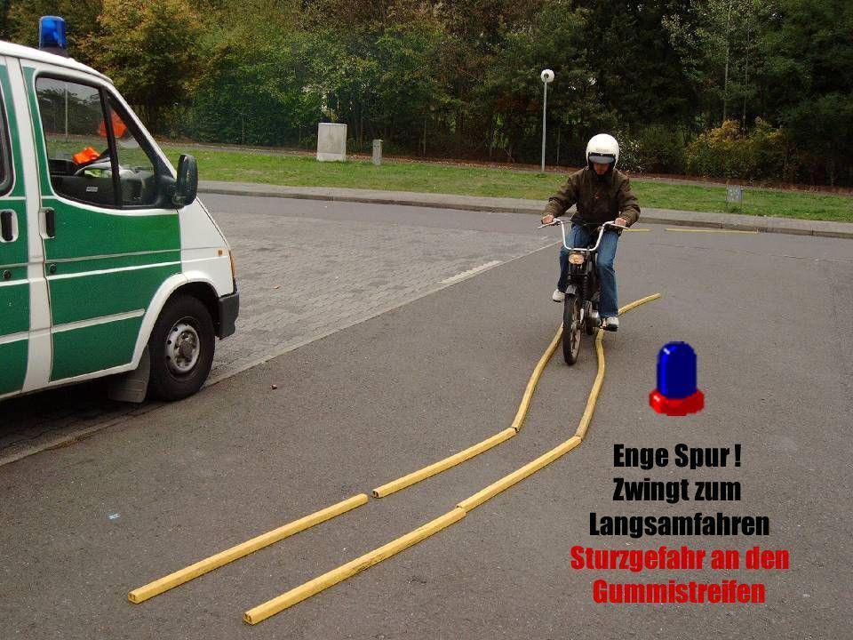 Enge Spur ! Zwingt zum Langsamfahren Sturzgefahr an den Gummistreifen