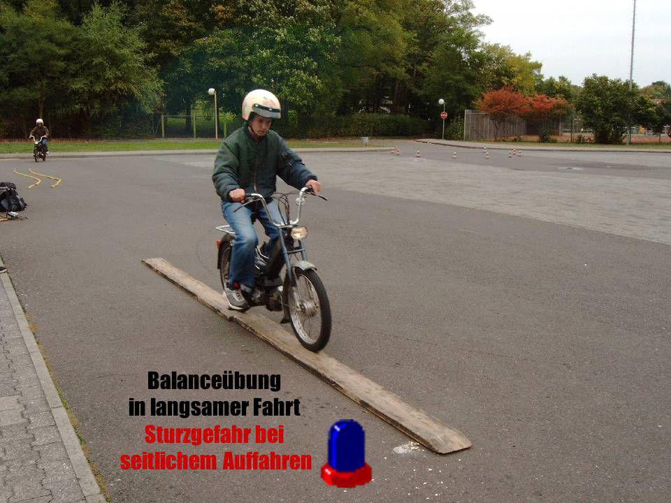 Balanceübung in langsamer Fahrt Sturzgefahr bei seitlichem Auffahren