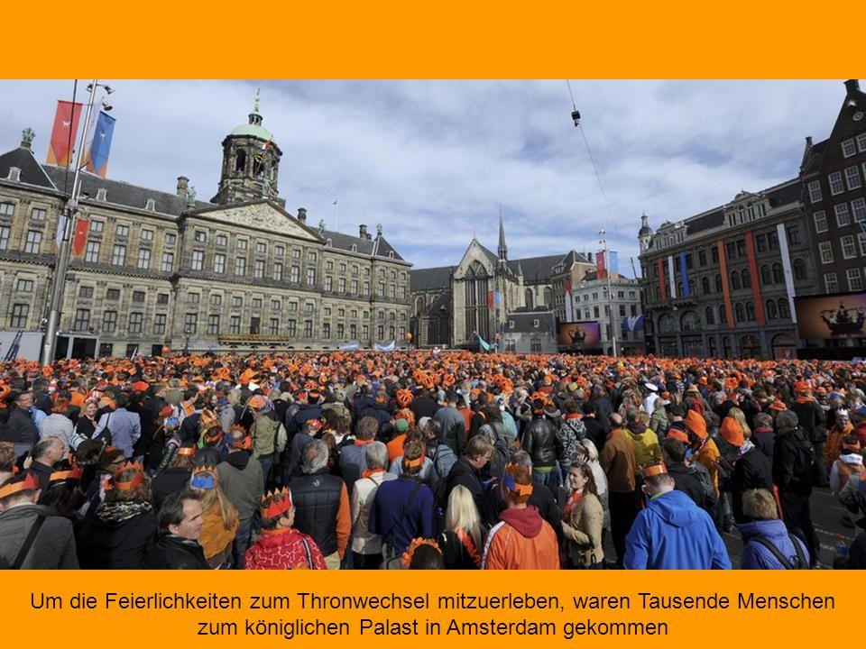 Um die Feierlichkeiten zum Thronwechsel mitzuerleben, waren Tausende Menschen zum königlichen Palast in Amsterdam gekommen