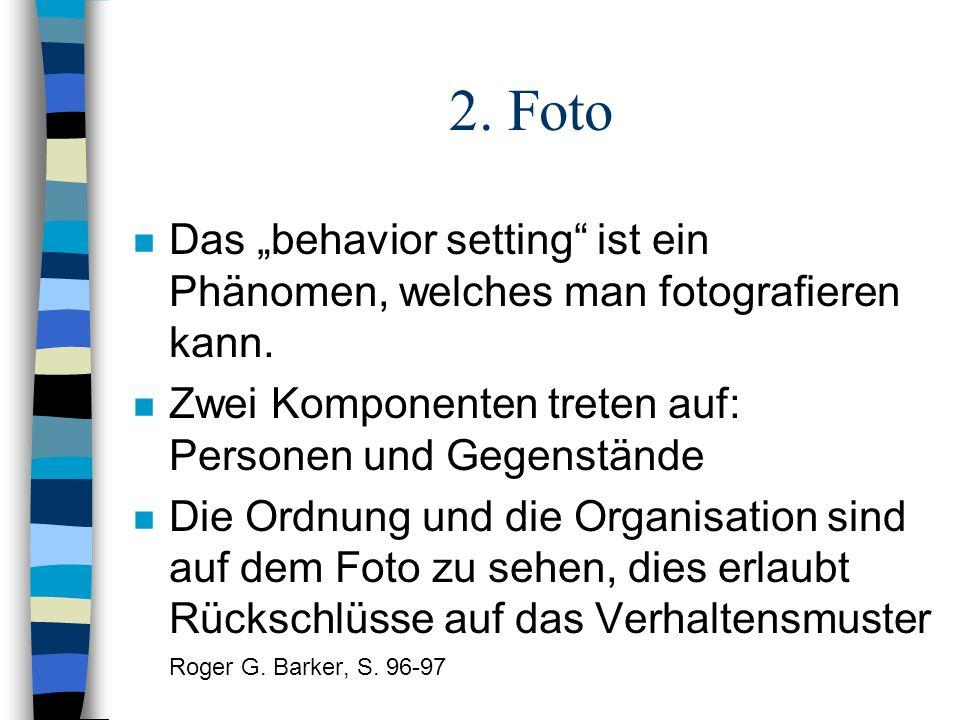 """2. Foto Das """"behavior setting ist ein Phänomen, welches man fotografieren kann. Zwei Komponenten treten auf: Personen und Gegenstände."""