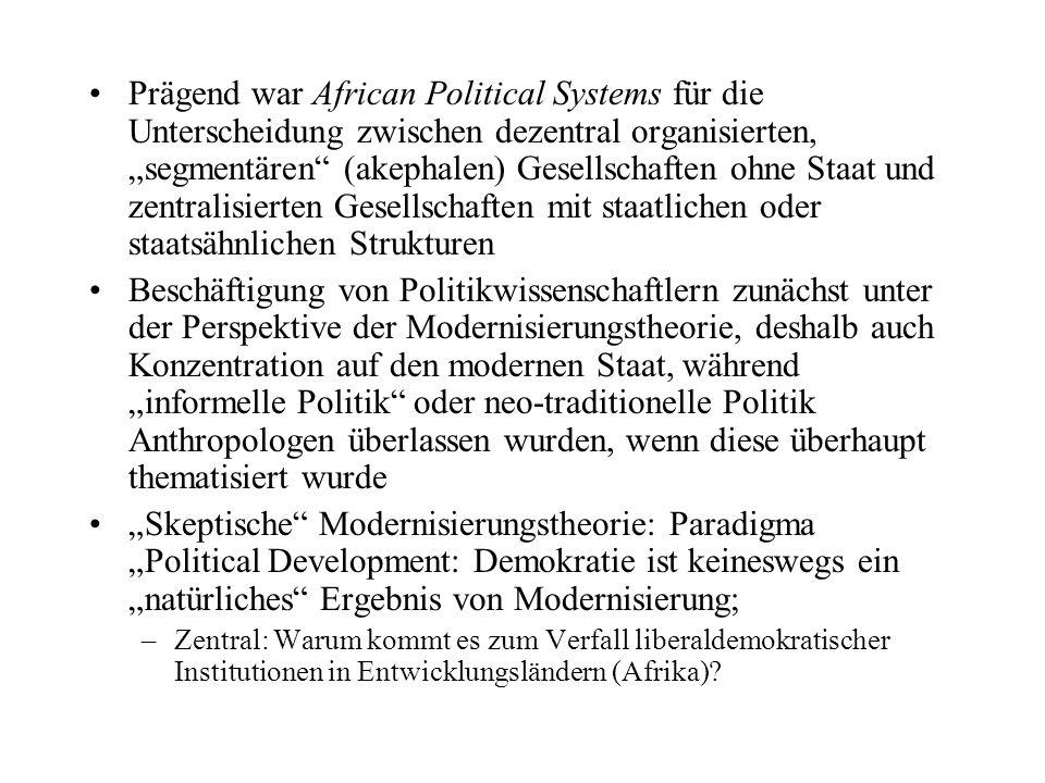 """Prägend war African Political Systems für die Unterscheidung zwischen dezentral organisierten, """"segmentären (akephalen) Gesellschaften ohne Staat und zentralisierten Gesellschaften mit staatlichen oder staatsähnlichen Strukturen"""