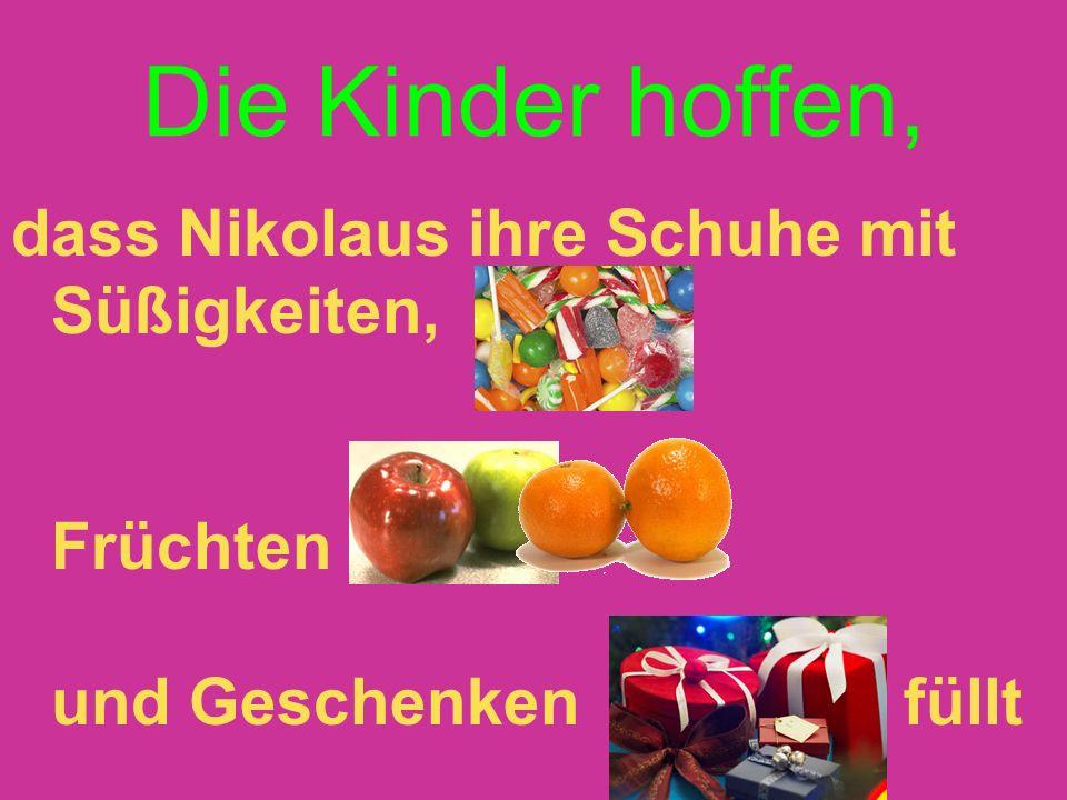 Die Kinder hoffen, dass Nikolaus ihre Schuhe mit Süßigkeiten, Früchten und Geschenken füllt.