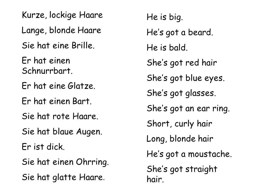 Kurze, lockige Haare Lange, blonde Haare. Sie hat eine Brille. Er hat einen Schnurrbart. Er hat eine Glatze.