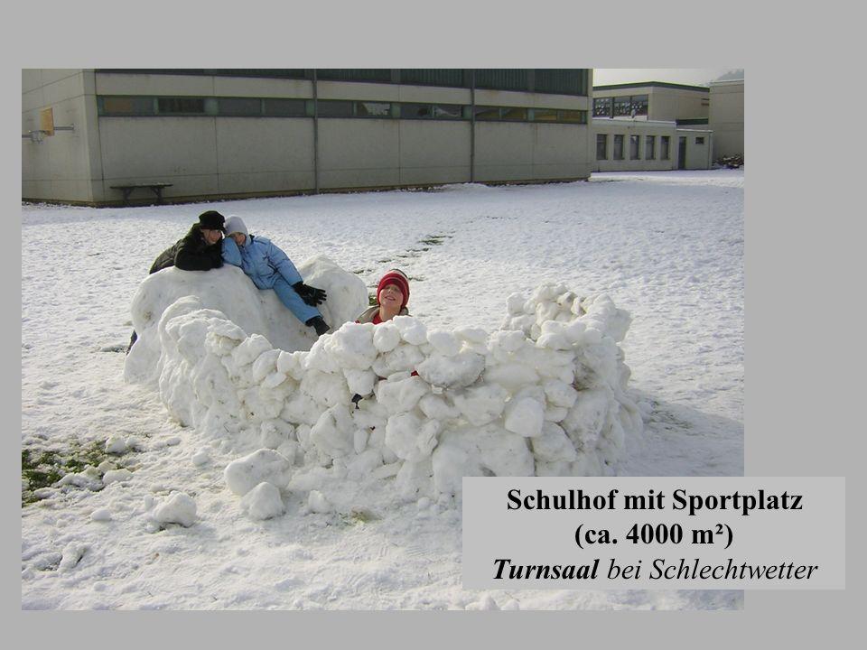 Schulhof mit Sportplatz (ca. 4000 m²) Turnsaal bei Schlechtwetter
